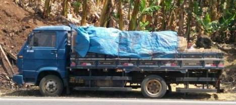 Bandidos abandonam caminhão e carga roubada às margens da BR-146 em Andradas(MG)
