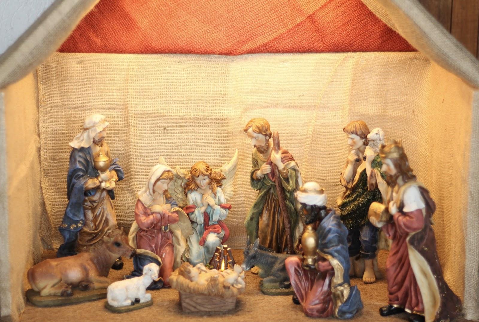 Selbst gebaute Weihnachtskrippe mit Figuren aus Polyresin oder Kunstharz