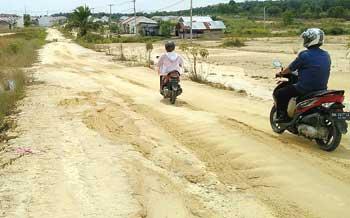 Bertahun Tapaki Jalani Licin Dan Berlumpur, Warga Yang Merasa Terabaikan di Negeri Minyak