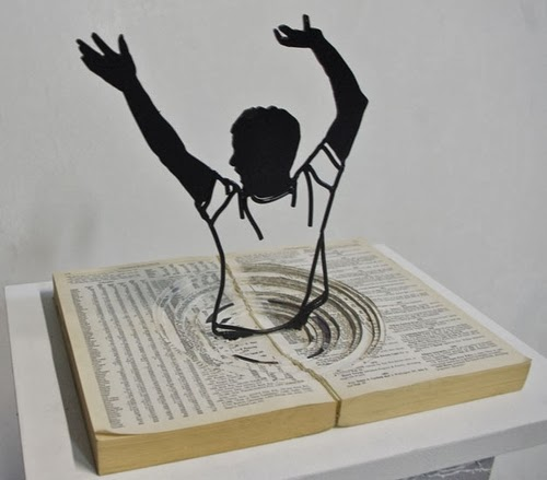 05-Drowning-in-Words-Steel-Wire-Sculptures-Barcelona-Spain-www-designstack-co