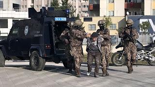 """بالفيديو: الأمن التركي يلقي القبض على قيادي في """"داعش"""" غربي البلاد"""