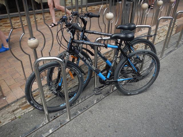 Удачная удобная велопарковка под углом Сочи, Лалуна