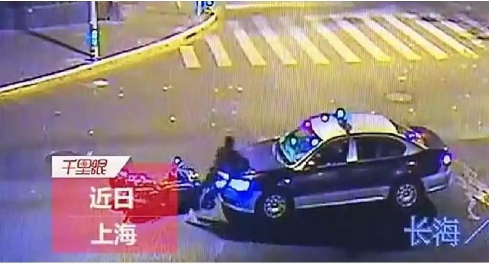 Τροχαίο ατύχημα κωμωδία: Μηχανόβιος έκανε ότι τον τράκαρε ταξί για την αποζημίωση - Βίντεο