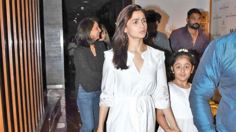 Alia+Bhatt%E2%80%99s+bonding+with+Ranbir%E2%80%99s+niece+after+dinner+date%21.jpeg