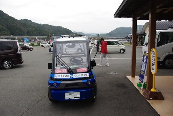 自動運転車の正面からの写真です