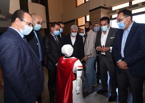 استهلها باستعراض نماذج لروبوتات بكلية الذكاء الاصطناعي:  رئيس الوزراء يتفقد عدداً من المشروعات الخدمية والتنموية بمحافظة كفر الشيخ