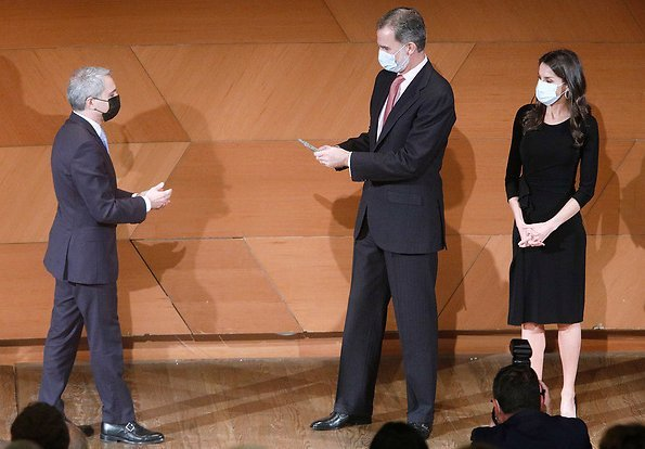 Queen Letizia wore a black midi dress from Emporio Armani, and black leather pumps from Prada. Bottega Veneta clutch