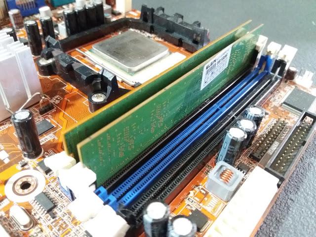 Placa-mãe com pentes de memória RAM instalados