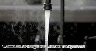 Gunakan Air Hangat Saat Mencuci Tas Spunbond