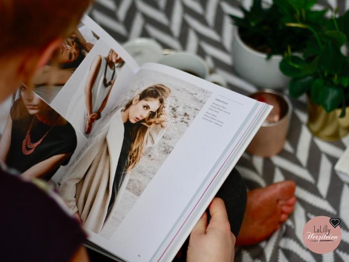 """Für mich ist das Buch """"Fashion Made Fair"""" ein Buch, das jeder lesen sollte. Es zeigt, dass faire Mode nichts mehr mit ihren Ursprüngen und deren Öko-Image zu tun hat, sondern nachhaltige Kleidung Mode ist; Zeitgemäß, aus unterschiedlichsten Materialien, mit guten Schnitten, frisch und inspirierend. Trotzdem und trotz der vielen schönen Bilder klärt es auf, es motiviert und macht Hunger nach mehr Informationen. Genau das, was ein Buch braucht um Menschen zu erreichen und eine Bewegung voranzutreiben."""