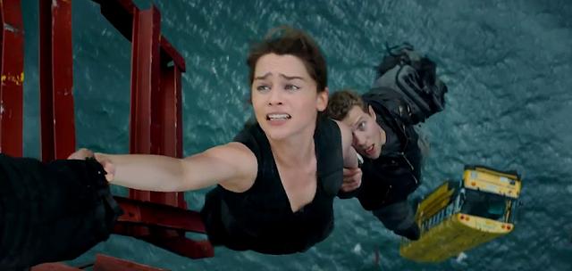 Sarah Connor şi Kyle Reese salvaţi de un T-800 (Arnold Schwarzenegger) în Terminator Genisys