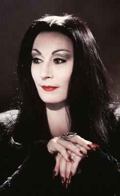 Anjelica Huston como 'Morticia Addams'