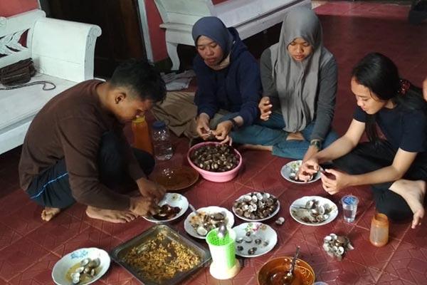 Menyantap seafood hasil tangkapan warga desa dabong