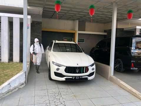 Satsamapta Polresta Barrelang melakukan penyemprotan disinfektan ke rumah-rumah warga yang terpapar Covid 19