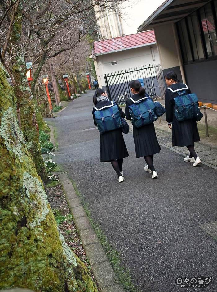 écolières en uniforme près du canal de kinosaki