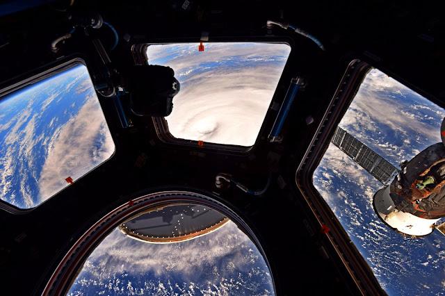 Hình ảnh ấn tượng về siêu bão Noru qua mái vòm Cupola của Trạm Không gian Quốc tế được chụp bởi phi hành gia Randy Bresnik của NASA.