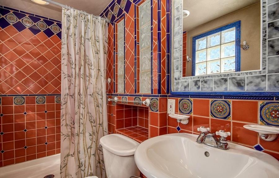 Ugly Bathroom Decorating Ideas : Staging decorating on the cheap