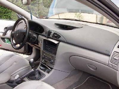 L'intérieur d'une voiture     داخل السيارة