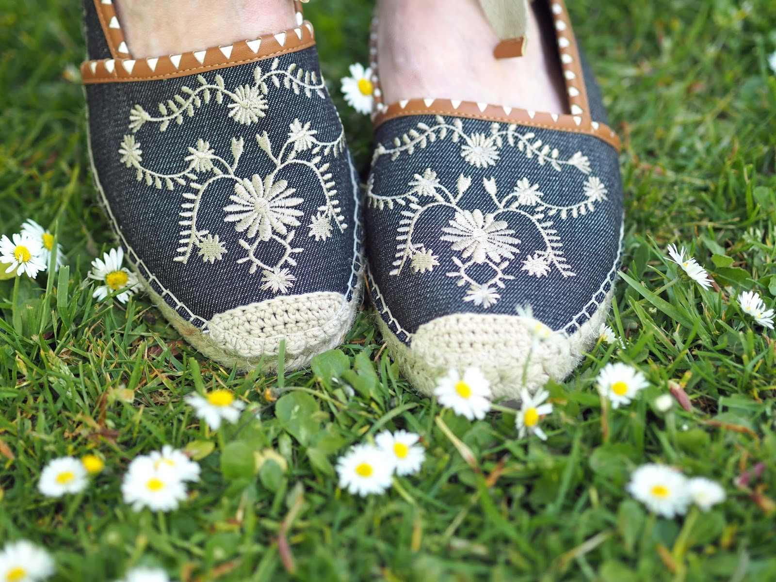 What-Lizzy-Loves-white-daisy-embroidered-linen-top-skinny-jeans-daisy-flower-embroidered-espadrilles
