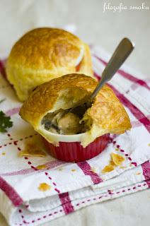 (Krem z kurczaka i porów pod ciastem francuskim