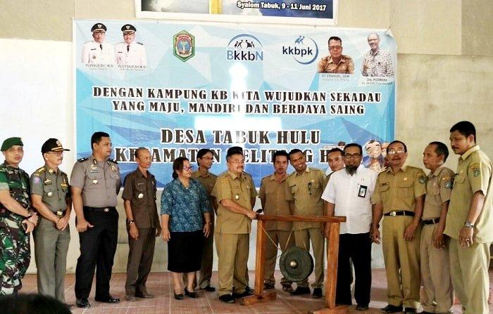 Wakil Bupati Sekadau memukul gong sebagai resminya Desa Tabuk sebagai kampung KB.