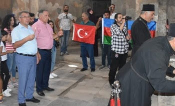 Albaneses con bandera de Azerbaiyán reivindican iglesia armenia de Akhtamar
