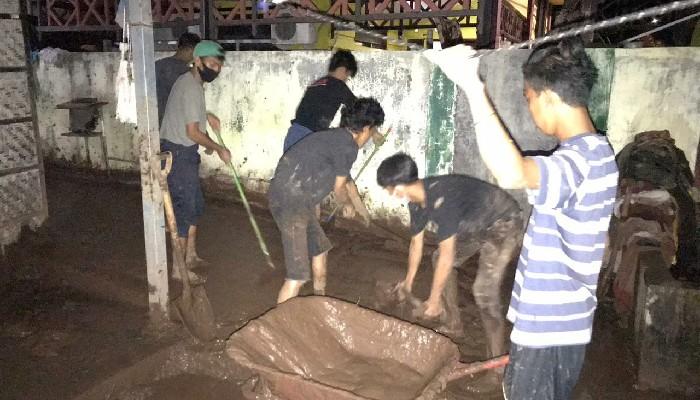 Inilah Komunitas Ubur-ubur, Relawan Pembersih Lumpur Banjir Bantaeng