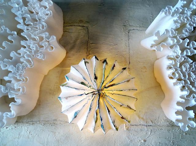 installazione di carta a tema marino: meduse luminose, coralli