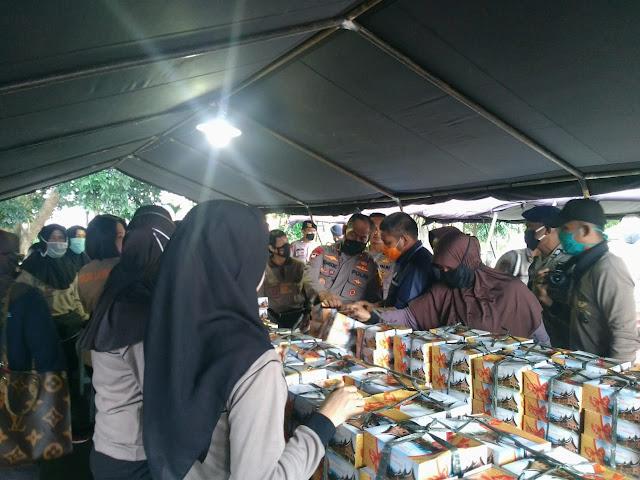 Wakapolda Lampung Brigjen Pol Drs. Sudarsono, S.H., M.Hum tinjau langsung pendistribusian 1500 nasi kotak yang dimasak di dapur umum TNI-Polri-Pemda Provinsi Lampung