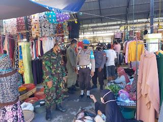 Personil Polsek Cendana Polres Enrekang Bersama TNI Dan Satpol PP Melaksanakan Operasi Yustisi Di Pasar Kabere