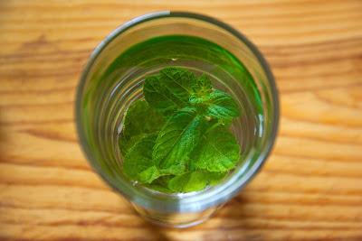 Minyak daun mint selain bisa digunakan untuk memijat, bisa juga digunakan untuk mengangkat sel kulit mati.