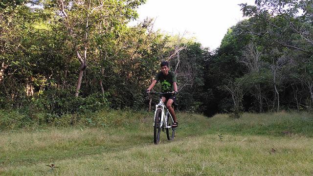 Bersepeda menyusuri jalan setapak