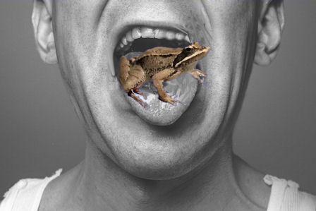 Muokatussa kuvassa sammakko loikkaamassa suusta