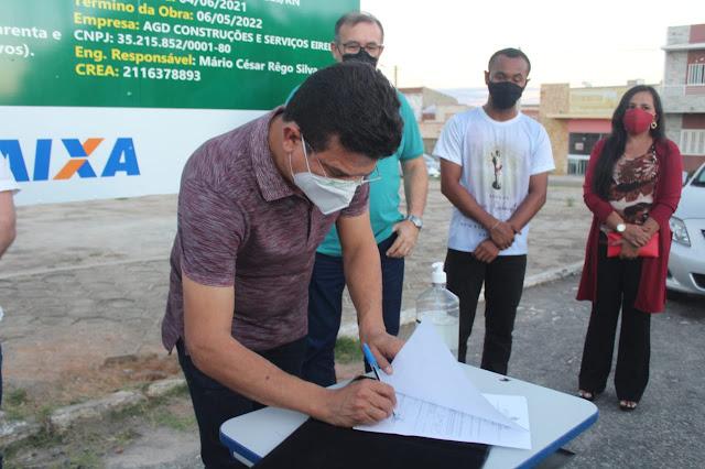 Prefeito Juninho assina ordem de serviços para início da construção da Praça da Bíblia em Caraúbas