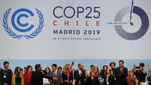 Le premier ministre Pedro Sanchez (à droite) avec des bénévoles lors d'une visite du centre des congrès IFEMA à Madrid, le 30 novembre 2019, qui accueillera le sommet pour le climat de l'ONU COP25 du 2 au 13 décembre prochains. PIERRE-PHILIPPE MARCOU/AFP