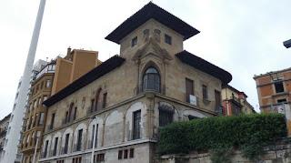 Paseando por Cimadevilla, el barrio antiguo de Gijón.