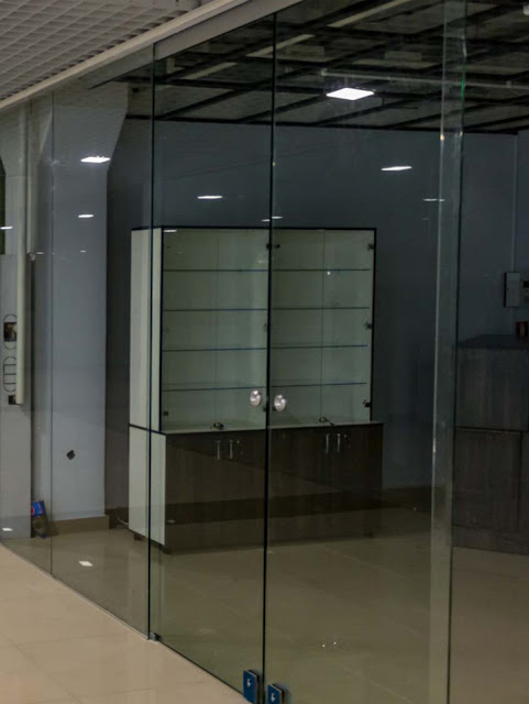 Features of the production of glass doors