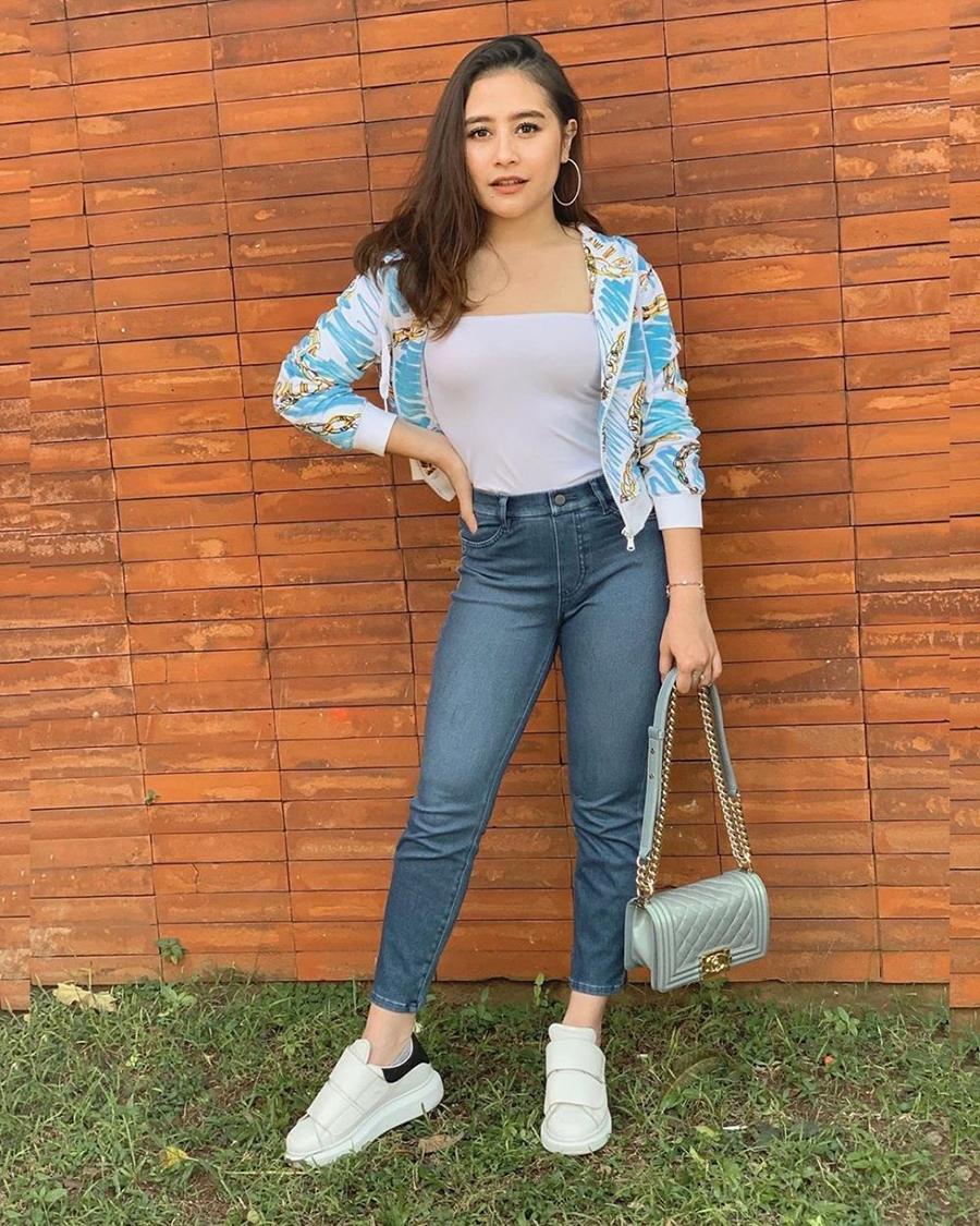 Prilly Latuconsina baju putih tanktop indah dan manis
