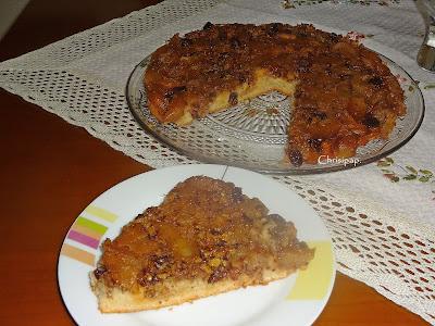 Ενα κομμάτι κέικ μήλου σερβρισεμένο σε πιάτο και δίπλα η πατέλα που λείπει το κομμάτι που είναι σερβιρισμένο
