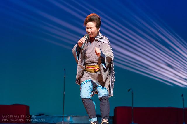 こぶしを利かせてうたう演歌歌手(初代、新津秋華さん)のベストショット