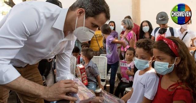 El Presidente Guaidó y su concubina repartieron juguetes en Vargas