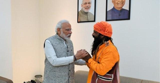 भगवा वस्त्र में खड़ा व्यक्ति बनारस का रिक्शावाला, और उससे हाथ मिलाने वाला व्यक्ति देश का प्रधानमंत्री है