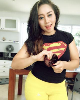 Baju kaos Superman Model Sarah Ardhelia Ferreti Camel Toe