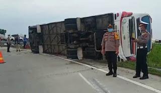 Bus Terbalik di Jalan Tol Lubukpakam, 1 Tewas 15 Luka-luka