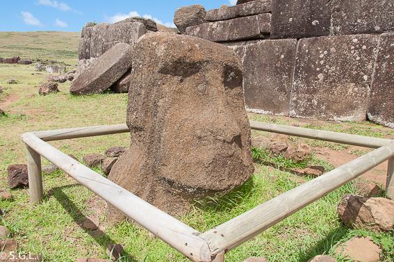 Cabeza de moai en Ahu Vinapu. Isla de Pascua. Que ver en tres dias