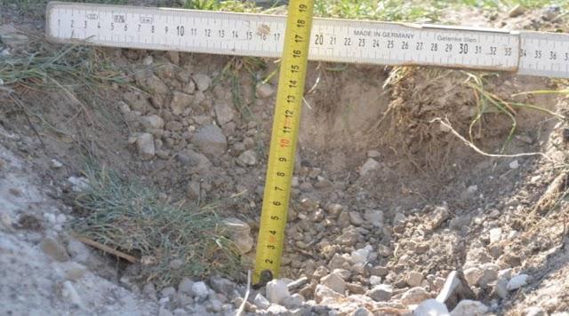 Önkényesen ásott kátyút egy niklai földútba hogy lassítsa a forgalmat