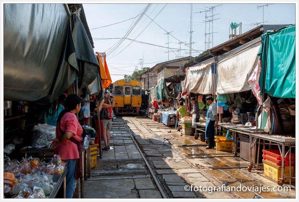 tren llegando al Mercado de Mae Klong o mercado de la vía en Tailandia