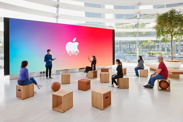 pantalla gigante con personas alrededor en el foro de la tienda