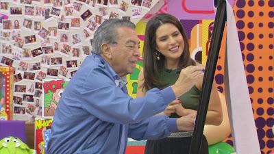 Natália Leite observa Mauricio de Souza desenhar um de seus personagens - Divulgação
