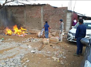 तहसीलदार के नेतृत्व में जिला अधिकारियों की टीम की छापेमारी - 30 पेटी एक्सपायरी खाद्य सामग्री जलाई